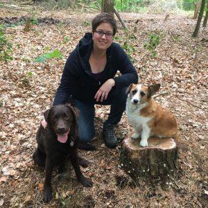Kim de Bruijni met haar honden Noa en Djoy. N'Djoy voor hulp aan honden en hun baasjes: voerpakketten voor honden van minima, privéles, gedragsadvies en herplaatsing van honden.